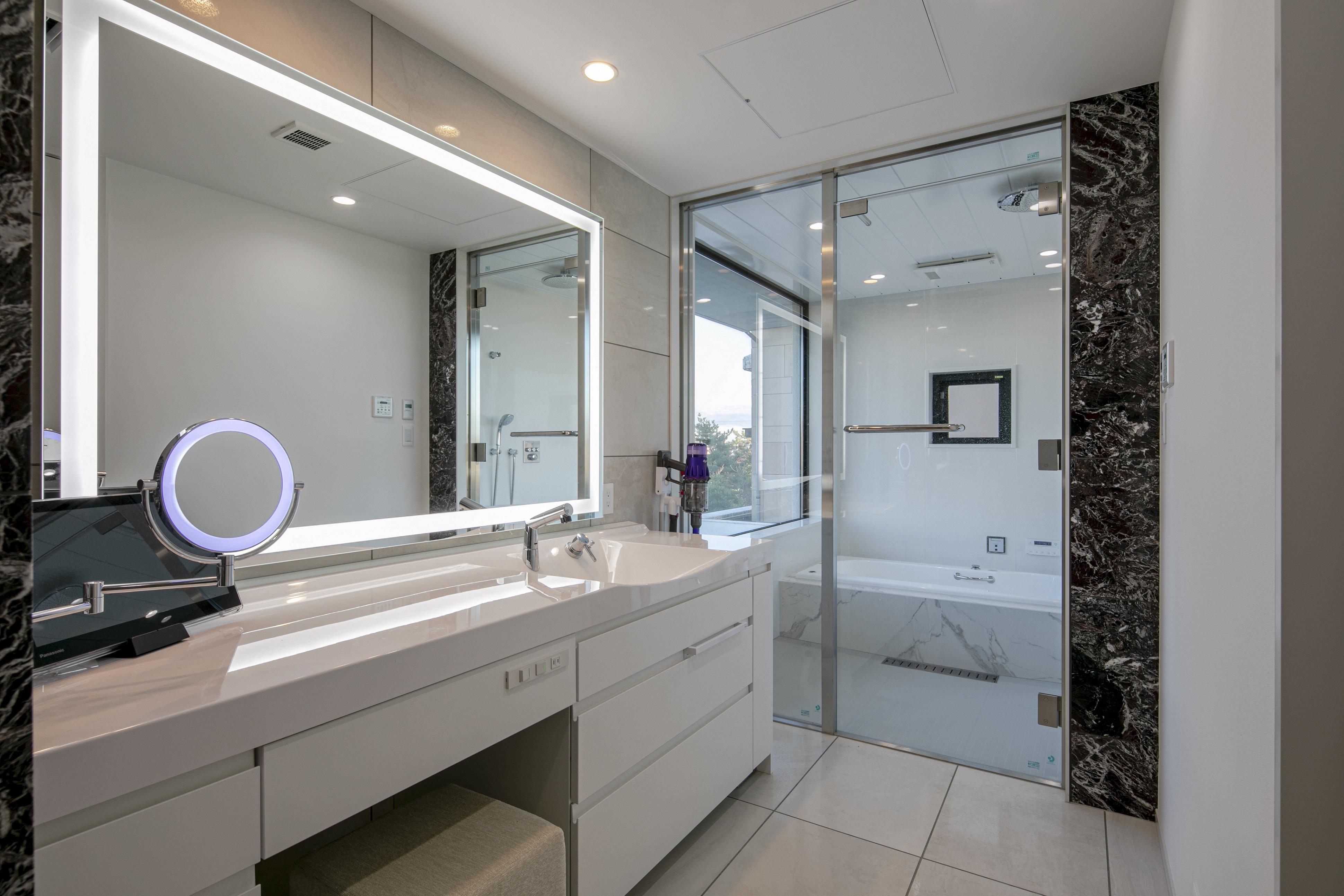 鏡照明輝(女優ミラー)個人宅 洗面所の場合